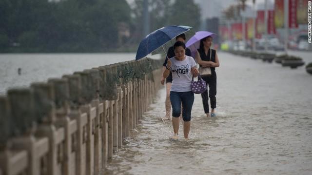 Mặc dù hiện tại, lượng mưa đã rút bớt đáng kể nhưng việc đi lại tại nhiều khu vực vẫn khó khăn.