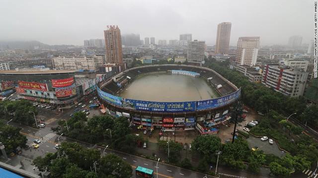 Một sân vận động ngập chìm trong biển nước.