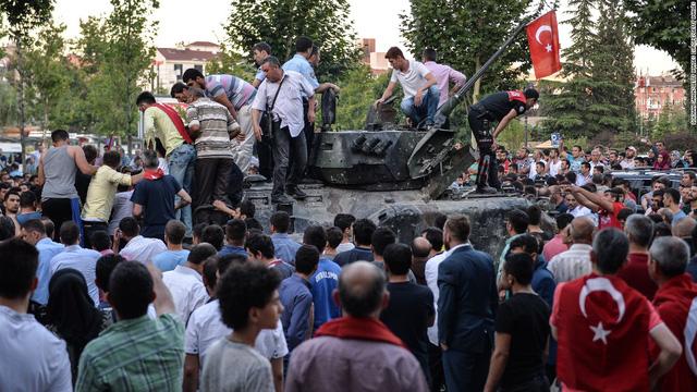 Người dân vây quanh một chiếc xe tăng của quân đội Thổ Nhĩ Kỳ vào sáng 17/7.