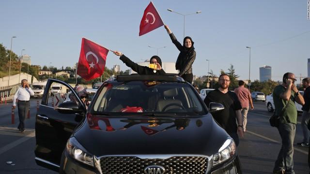 Âm mưu đảo chính quân sự ở Thổ Nhĩ Kỳ đã thất bại sau khi người dân hưởng ứng lời kêu gọi của Tổng thống Tayyip Erdogan.