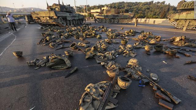 Trang phục và vũ khí của thành viên quân đội còn vương vãi trên cầu Bosphorus ở Istanbul.