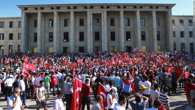 Rất đông người dân tập trung trước cửa tòa nhà Quốc hội Thổ Nhĩ Kỳ tại Thủ đô Ankara vào sáng ngày 17/7.