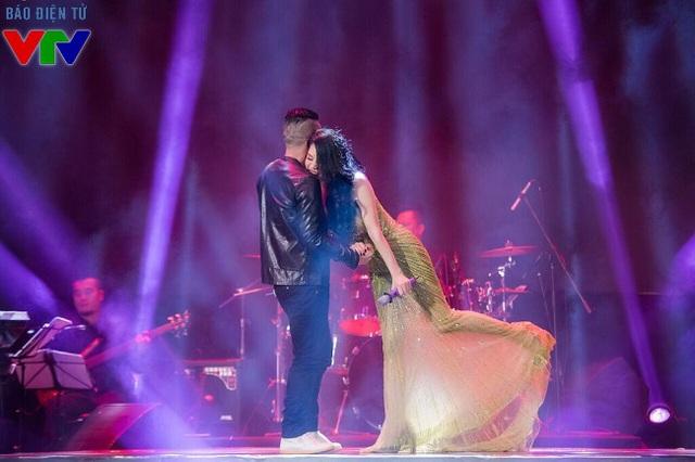 Nhạc sĩ Tú Dưa và Thu Phương thân thiết trên sân khấu.