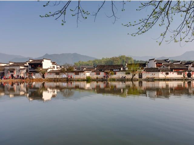 Ngôi làng Hongcun tại tỉnh An Huy ở Trung Quốc được xây dựng từ thời nhà Minh ở Trung Quốc và hiện có khoảng 150 cư dân sinh sống. Hongcun được người Trung Quốc đánh giá là có phong thủy rất tốt bởi địa thế phía sau là núi và phía trước là sông.
