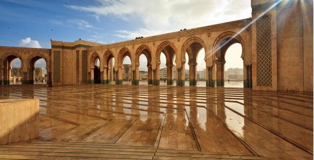 Phòng ở, thực phẩm và giao thông tại Morocco rất rẻ. Theo Lonely Planet, mọi người có thể đi du lịch khắp nơi ở đất nước này với 35USD/ngày.