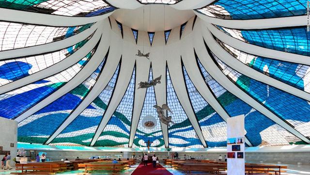 Nhà thờ Brasilia được huyền thoại Oscar Niemeyer thiết kế. Brasilia được tạo thành từ 16 cột bê tông uốn cong giống hệt nhau được kết nối bởi các tấm kính. Thiết kế này tượng trưng cho bàn tay đang vươn lên thiên đường. Nhà thờ có thể chứa đến 4.000 người.