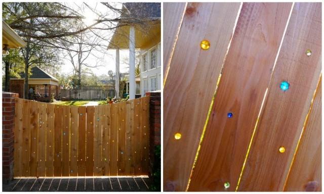 Những viên bi gắn trên hàng rào như phát sáng dưới ánh mặt trời