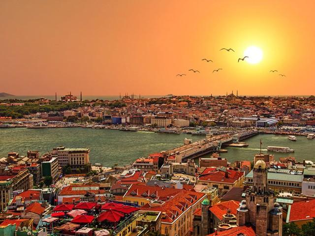 Istanbul, Thổ Nhĩ Kỳ bắc ngang qua eo biển Bosphorus chia cắt châu Âu và châu Á. Nơi đây có các điểm tham quan nổi tiếng như Nhà thờ Hồi giáo Blue và Nhà thờ Hagia Sophia. Istanbul cũng được biết đến với ẩm thực đa dạng, trong đó nổi tiếng với cá tươi và thịt nướng.