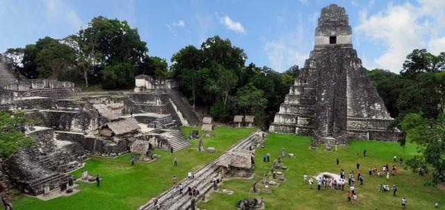 Nếu bạn thích đến thăm Mỹ Latinh, Guatemala chắc chắn phải có trong danh sách của bạn bởi bạn có thể tìm thấy các món ăn ngon, cà phê tuyệt vời, kiến trúc thuộc địa Tây Ban Nha, núi lửa hoạt động và những bãi biển hoang sơ. Phòng nghỉ và giao thông ở đây rất rẻ, diện tích Guatemala rất nhỏ, du khách có thể tới bất cứ nơi đâu bằng xe buýt.