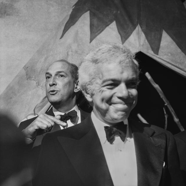 Một bức ảnh chân dung đen trắng về hình ảnh hai nhà thiết kế thời trang nổi tiếng thế giới Ralph Lauren và Oscar de la Renta được chụp ở New York, Mỹ.