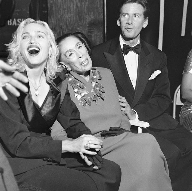 Bà hoàng nhạc Pop Madonna cười rạng rỡ bên nghệ sĩ múa Martha Graham đằng sau sân khấu.