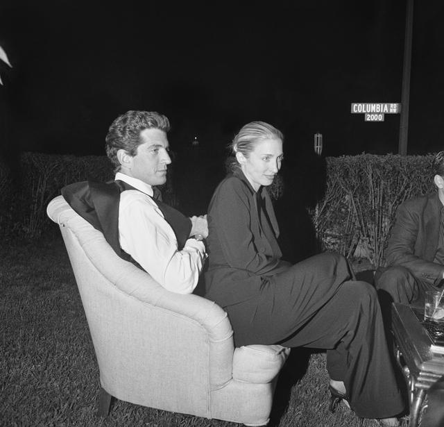 Hình ảnh hậu trường hiếm thấy của Tổng thống Hoa Kỳ John F. Kennedy Jr. và phu nhân Carolyn Bessette trong một buổi chụp hình cho tạp chí Vanity Fair.