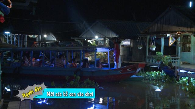 Đâu đó trên dòng sông, một con thuyền nhỏ chở bốn cặp bố con đi thăm những người hàng xóm xung quanh mình.