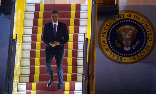 Tổng thống Barack Obama bước xuống từ chuyên cơ tại sân bay Nội Bài (Ảnh: Reuters)