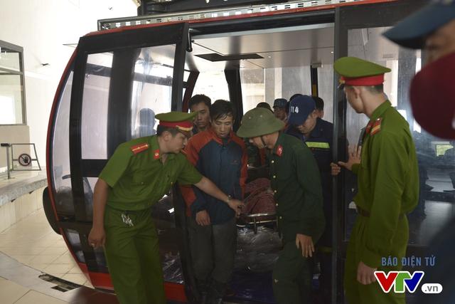 Thi thể du khách người Anh Aiden được di chuyển về bằng cáp treo trên Fansipan.