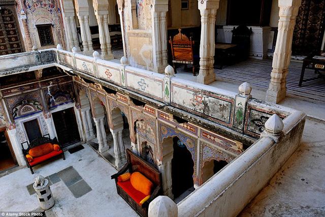 Shekhawati được thành lập từ cuối thế kỷ 15, và thật sự chuyển mình mạnh mẽ vào thế kỷ 19. Vùng đất này bao gồm hơn 100 ngôi làng với 50 pháo đài và cung điện.