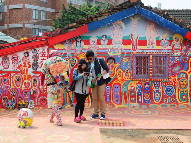 Những hình vẽ sống động, sặc sỡ ở làng Cầu Vồng, Đài Loan được sáng tạo nên bởi nghệ sĩ Huang Yung-Fu. Ông bắt đầu vẽ trên các bức tường và nền của ngôi làng khi nó xuống cấp. Ngày nay, làng Cầu Vồng là một điểm thu hút khách du lịch nổi tiếng.