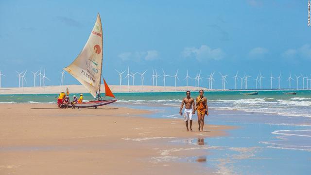 Bãi biển Canoa Quebrada nằm ở phía Đông Bắc Brazil là một điểm đến hấp dẫn du khách. Người dân nơi đây thường lái thuyền Jangada để chở du khách đi tham quan. Một chuyến đi 30 phút trên thuyền, du khách sẽ phải trả khoảng 5 USD.