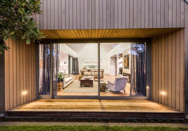 Ngôi nhà là sự kết hợp tinh tế giữa chất liệu gỗ và những tấm kính lớn giúp nó trở nên thông thoáng, sang trọng