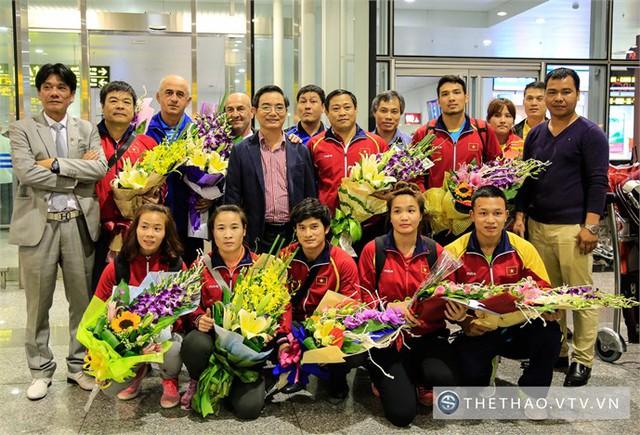 Nguyễn Thị Lụa và Vũ Thị Hằng rạng rỡ trong ngày trở về bên cạnh đồng đội và ban huấn luyện