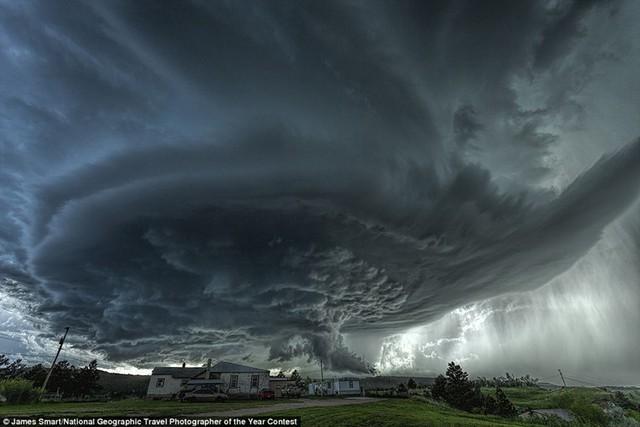 Những tia nắng mắt trời le lói sau đám mây vần vũ trên bầu trời thị trấn Blackhawk, được biết đến là địa điểm có lũ lụt nhiều nhất ở bang Nam Dakota, Mỹ. Ảnh: James Smart.
