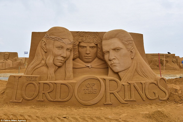 Chủ đề của lễ hội năm nay là Sao. Chân dung những ngôi sao nổi tiếng của Hollywood được điêu khắc tuyệt đẹp trên cát.