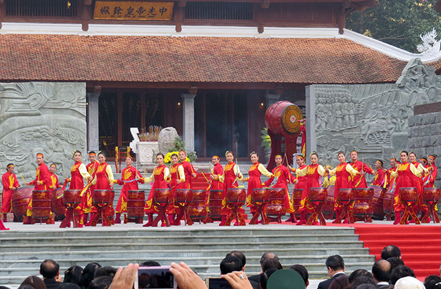 Màn trống khai hội đem không khí hào hùng mở màn buổi lễ.