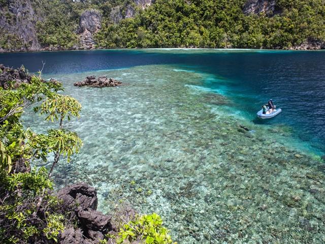 Những người yêu biển thường đi đến đảo Raja Ampat nằm trên mũi của Tây Papua, Indonesia, thuộc vùng trung tâm Tam giác Coran với dân cư thưa thớt. Đảo có 3/4 giống san hô của thế giới và bao gồm một hệ thống rừng nhiệt đới, những bãi biển cát trắng, đầm phá ẩn và hang động kỳ bí.