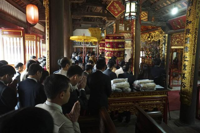 Bên trong đình thờ Tiên triết Chu Văn An.