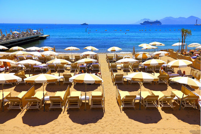 Cannes, Pháp: thuộc vùng Cote d'Azur, được mệnh danh là Vùng biển xanh, nằm phía nam nước Pháp. Mỗi năm, thành phố được cả thế giới nhắc đến vì đây là nơi diễn ra Liên hoan phim quốc tế Cannes. Nơi đây còn có hàng chục km bờ biển và các công trình kiến trúc cầu kỳ, đẹp mắt.