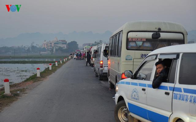Ùn tắc giao thông, chen lấn xô đẩy tranh cướp vật phẩm cúng lễ... là một trong những tình trạng xảy ra liên tục tại nhiều lễ hội lớn.