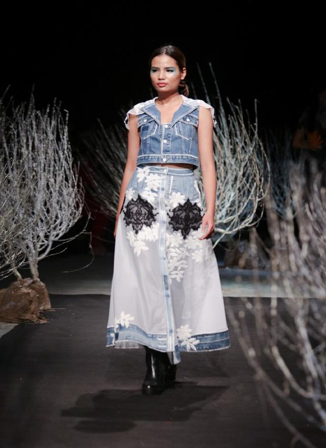 Trong bộ sưu tập mới, Minh Hạnh sử dụng chất liệu jeans làm chủ đạo, kết hợp với ren cùng kỹ thuật thêu 3D.