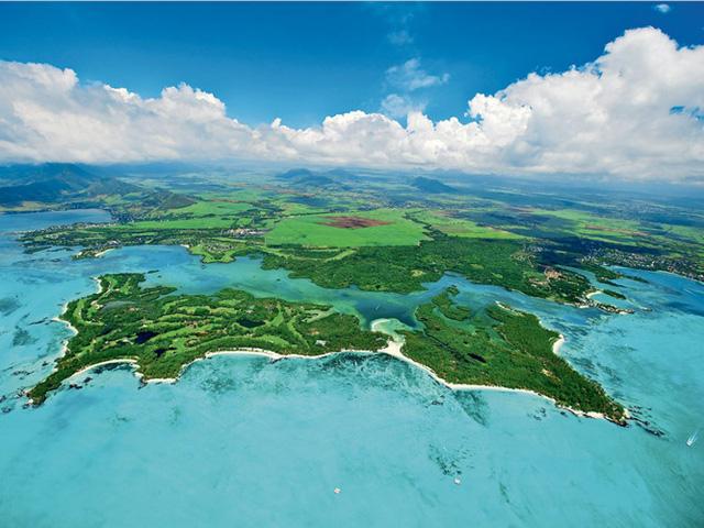 Sân golf Ile aux Cerfs Golf Club ở Mauritius được thiết kế riêng biệt trên một hòn đảo tư nhân tuyệt đẹp với diện tích 38 hecta và bao gồm 9 hồ nước.