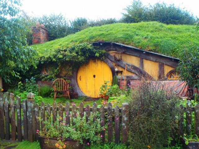 Nhà Hobbit tại Matamata, New Zealand rất nổi tiếng với người hâm mộ bộ phim Chúa tể của những chiếc nhẫn. Nơi này cũng trở thành một điểm du lịch độc đáo.