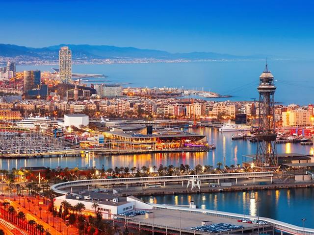Nằm bên bờ Địa Trung Hải, Barcelona, Tây Ban Nha được ví như thành phố biển đẹp nhất nhì trên thế giới. Nơi đây hấp dẫn du khách bởi những kỳ quan kiến trúc, cuộc sống sôi động về đêm.