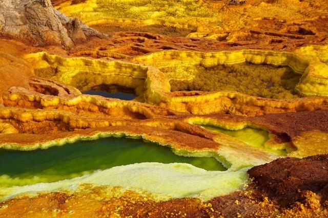 Sa mạc Danakil, Eritrea: Với diện tích bao phủ một vùng rộng lớn khoảng 100.000 km vuông, đây là vùng có địa hình khô cằn bậc nhất thế giới. Trong đó vùng lõm Danakil được mệnh danh là địa ngục trần gian với nhiệt độ nóng và khắc nghiệt nhưng lại mang vẻ đẹp kỳ lạ mà không phải nơi nào cũng có được.