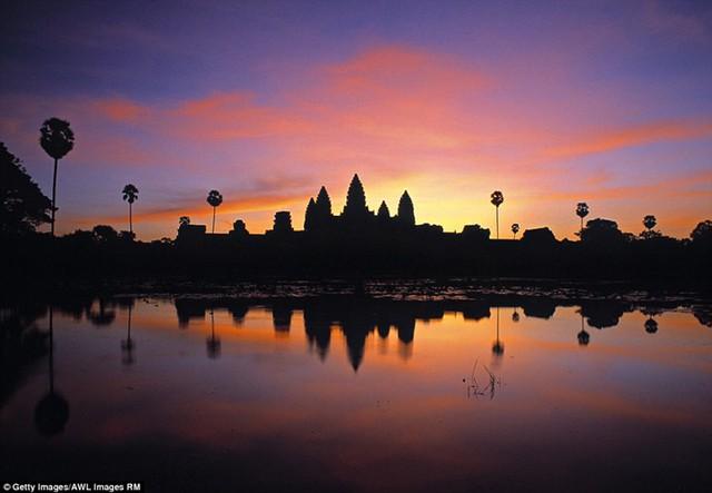 Khung cảnh hoàng hôn lung linh, huyền ảo ở đền Angkor Wat, Campuchia.
