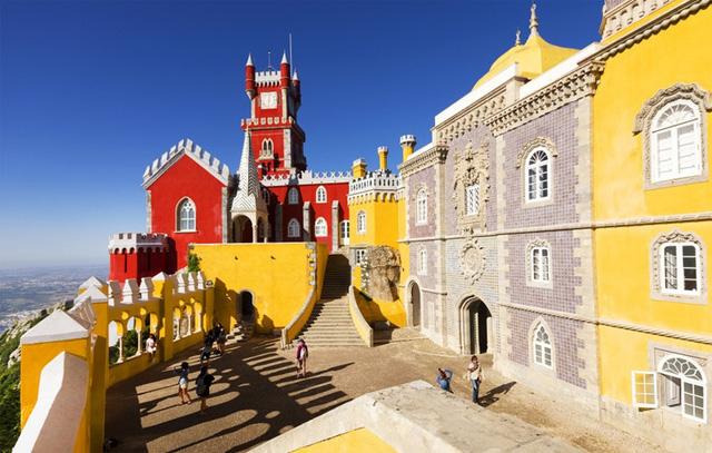 Sintra, Bồ Đào Nha mang một vẻ đẹp tươi tắn với những lâu đài sặc sỡ sẽ khiến bạn như bước vào một không gian cổ tích.