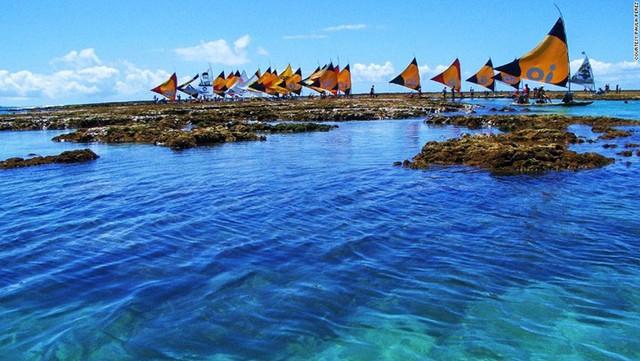 Porto de Galinhas là một trong những bãi biển đẹp nhất Brazil. Những làn nước trong vắt là thiên đường cho những ai thích bơi và lặn tự do. Khi thủy triều xuống thấp, du khách có thể đi thuyền Jangada để ngắm cá đang bơi lội trong những rạn san hô.