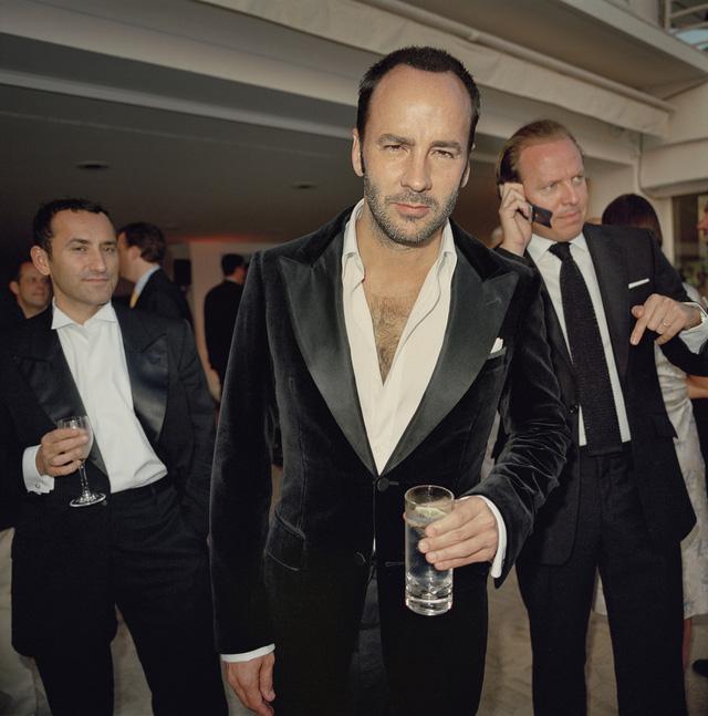 Diễn viên - đạo diễn Tom Ford tò mò hướng về ống kính máy ảnh trong một buổi tiệc ở Paris, Pháp.