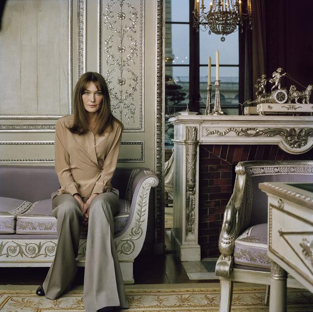 Còn đây là bức chân dung của siêu mẫu - ca sĩ Carla Bruni, phu nhân của Tổng thống Pháp Nicolas Sarkozy. Bức ảnh được chụp tại cung điện Élysée Palace ở Paris vào đầu năm 2000.