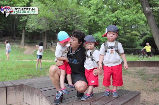 Nam diễn viên Song Il Wook và ba cậu con trai sinh ba trong chương trình.