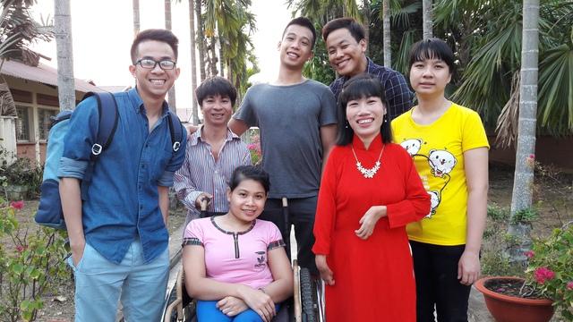 BTV Lê Mỹ Cường (ngoài cùng bên trái) cùng các nhân vật trong phim