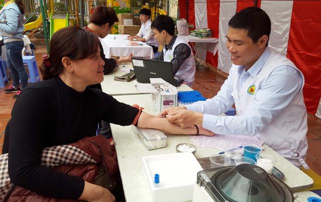 Những người đăng ký tham gia hiến máu tình nguyện được lấy mẫu máu xét nghiệm trước khi hiến máu