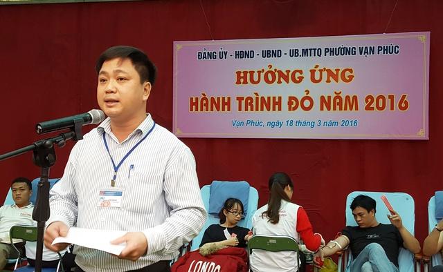 Ông Đặng Quang Hải, Phó Chủ tịch UBND phường Vạn Phúc, tuyên bố khai mạc chương trình