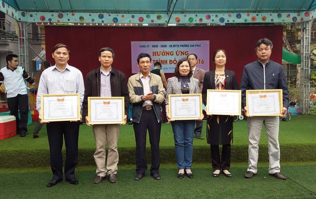 Ông Đỗ Văn Lợi, Bí thư Đảng ủy phường Vạn Phúc, trao tặng bằng khen cho đại diện tập thể và cá nhân đạt thành tích xuất sắc trong chương trình Hiến máu tình nguyện 2015