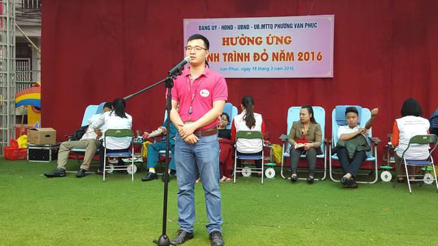 Ông Nguyễn Văn Hùng, cán bộ tại Viện Huyết học Trung ương, phổ biến quy trình hiến máu