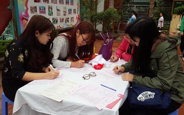Rất nhiều thanh niên đăng ký tham gia hiến máu tình nguyện