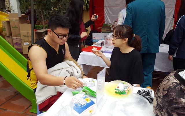 Sau khi hiến máu, những người tình nguyện hiến máu cần nghỉ ngơi và có thể ăn đồ ăn nhẹ
