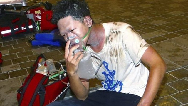 Một nạn nhân được hỗ trợ vì khó thở do vụ nổ gây ra (Ảnh: AP)